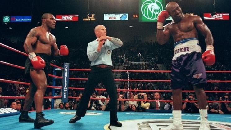 petinju Mike Tyson (kiri) disebut bakal kembali menghadapi Evander Holyfield (kanan)