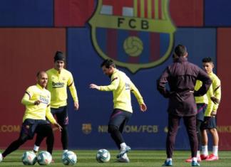 Penyerang Barcelona Lionel Messi latihan bersama rekannya Martin Braithwaite