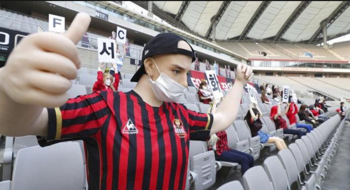 boneka manusia di stadion seoul